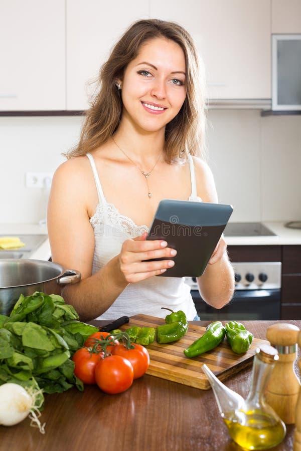 去的妇女烹调食物 图库摄影