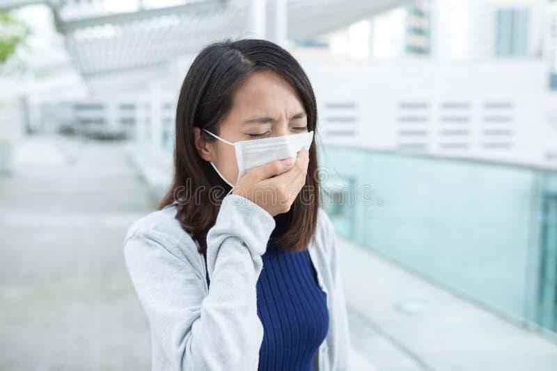的妇女病在室外 免版税库存照片