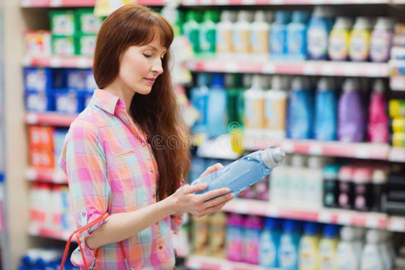 的妇女选择洗涤剂的外形观点 免版税库存照片
