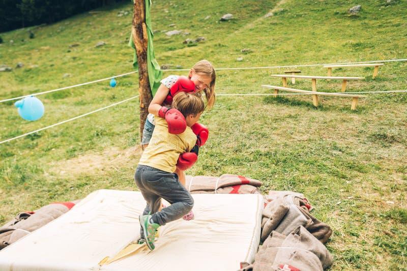 的姐姐和有小的兄弟战斗 图库摄影