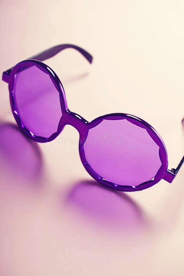 质朴的嬉皮的垂直服装紫色的太阳镜 免版税图库摄影