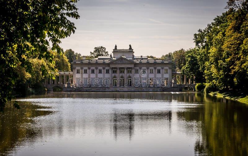 水的宫殿, Lazienki公园在华沙,波兰 北门面 库存图片