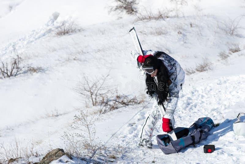 去的少妇选矿滑雪 免版税库存照片
