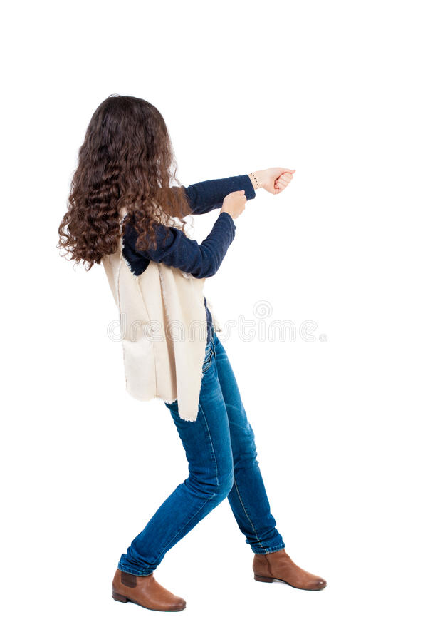 的常设妇女拉扯从上面的后面观点一条绳索或紧贴 免版税图库摄影
