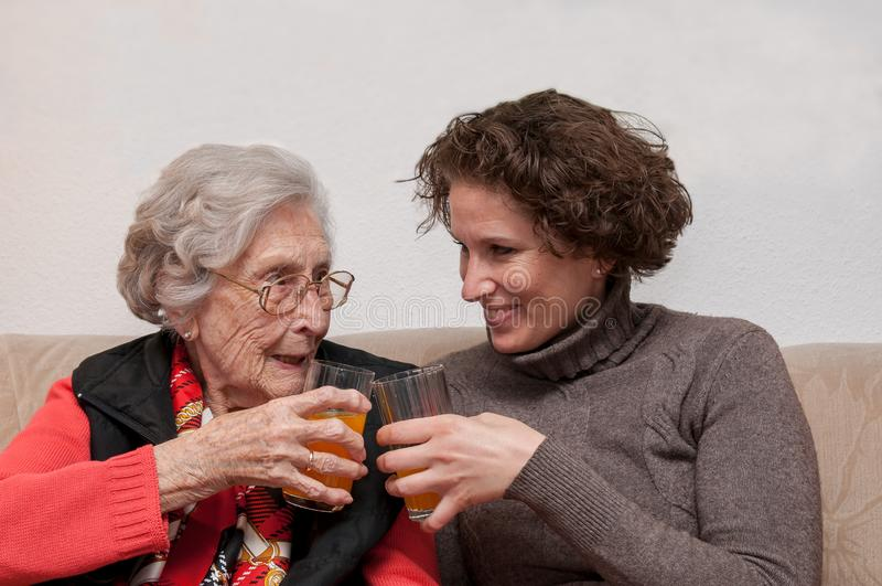 的年轻女人和获得资深的妇女乐趣一起 库存图片