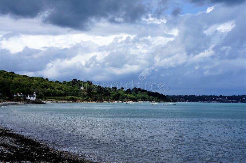 的微小的白色教堂小卵石在Nantouar靠岸在布里坦尼 免版税库存照片
