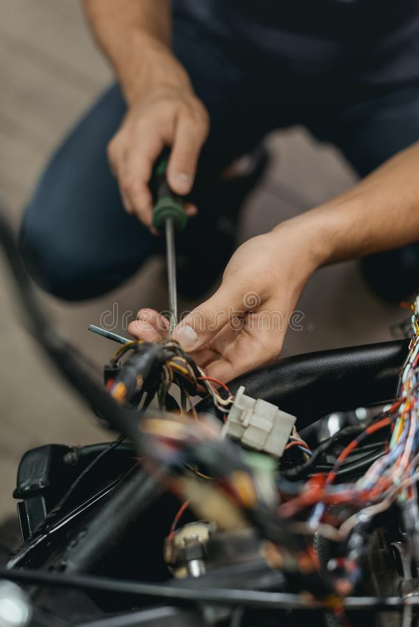 的技工修理摩托车的播种的观点 免版税库存照片