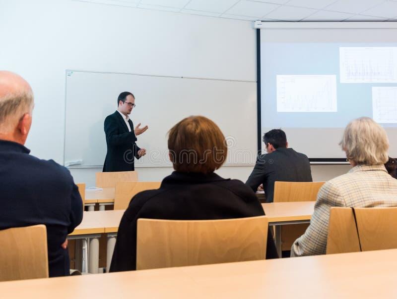给介绍的报告人在业务会议 免版税库存图片