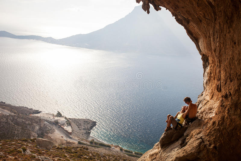 的攀岩运动员年轻夫妇有休息 库存照片