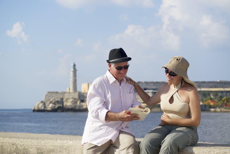 的旅游业和旅行的老人,获得的前辈在度假的乐趣 免版税库存照片