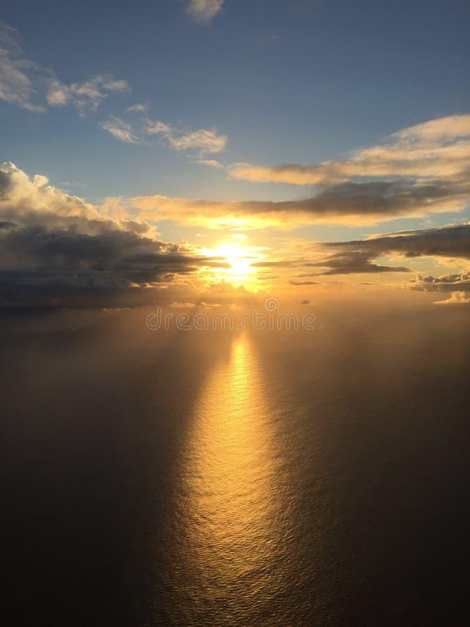 从15000'的日落在途中的高度向考艾岛 库存图片