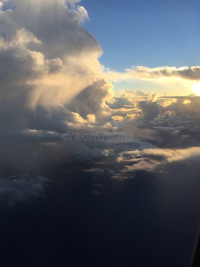 从15000'的日落在途中的高度向考艾岛 免版税图库摄影