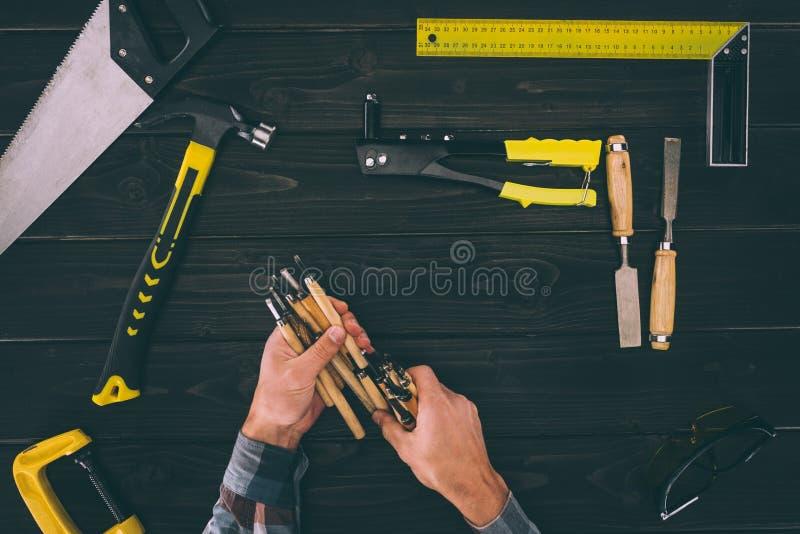 的木匠拿着有各种各样的工业工具的部份观点凿子 图库摄影