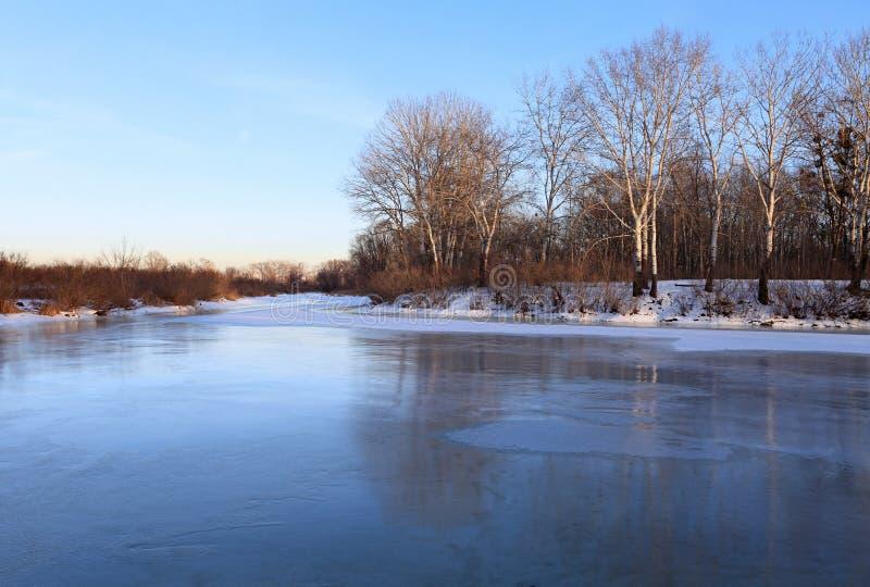 冻结的横向河冬天 库存图片