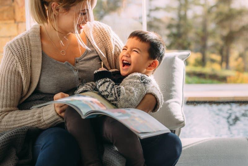 的母亲和获得她的儿子乐趣一起 免版税库存图片