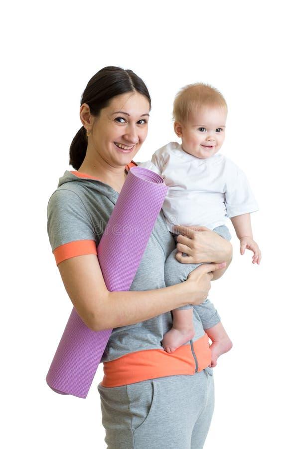 去的母亲执行与她的婴孩的健身执行 免版税库存照片