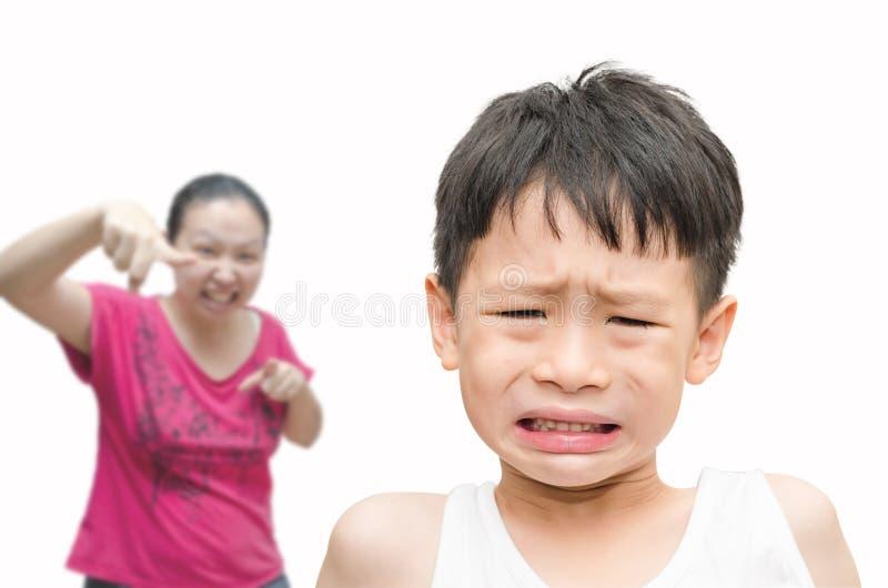 他的母亲被责骂的小男孩 图库摄影