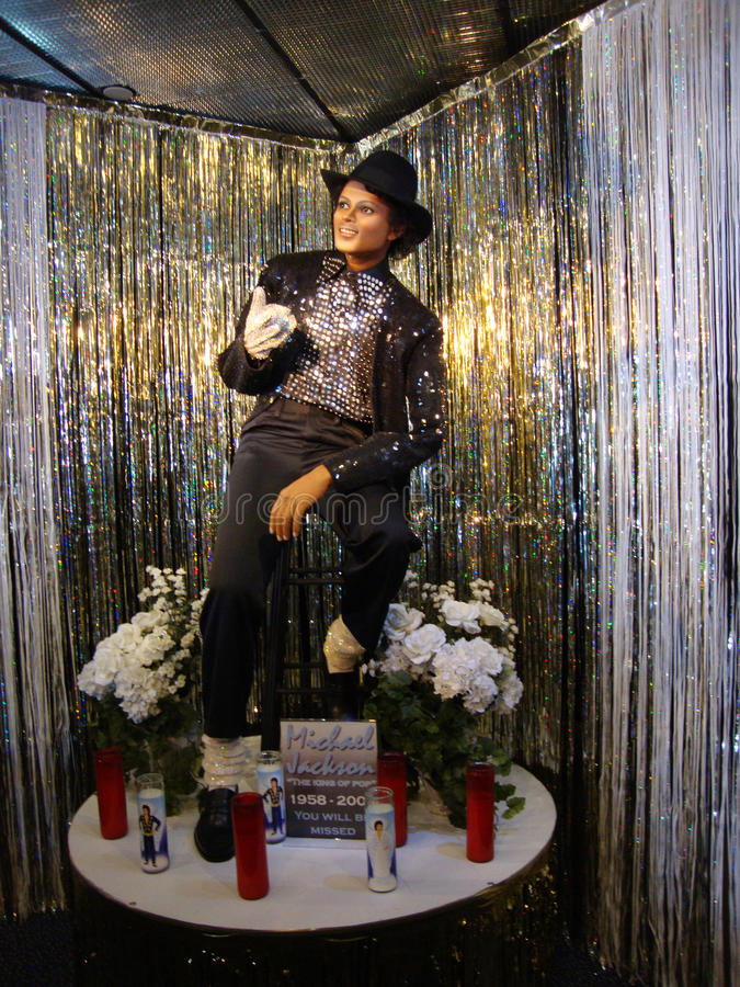 给他的比利吉恩成套装备的迈克尔・杰克逊打蜡雕象  免版税库存图片