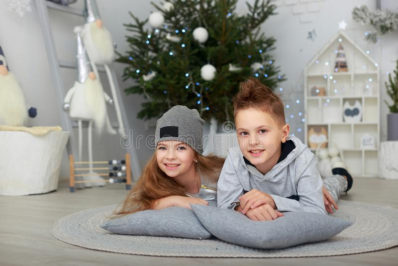 的男孩和女孩、获得的兄弟和的姐妹乐趣 免版税库存照片