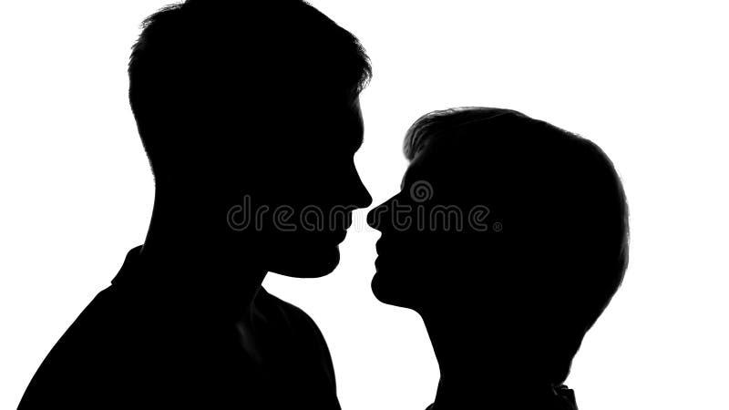 的男性和准备女性的剪影亲吻在浪漫日期,嫩感觉 图库摄影