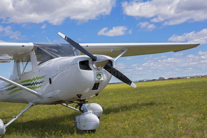 轻的私人飞机在象草的机场停放了 免版税库存图片
