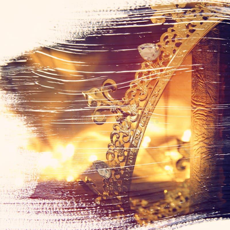 的美丽的女王/王后/国王冠的抽象图象在旧书 风扇 免版税库存照片