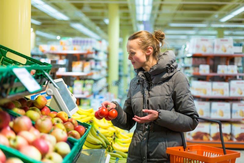 的美丽,少妇在赞成购物水果和蔬菜 免版税库存照片