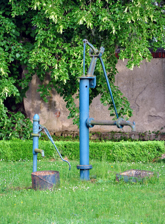 水的老手泵浦在公园 库存照片