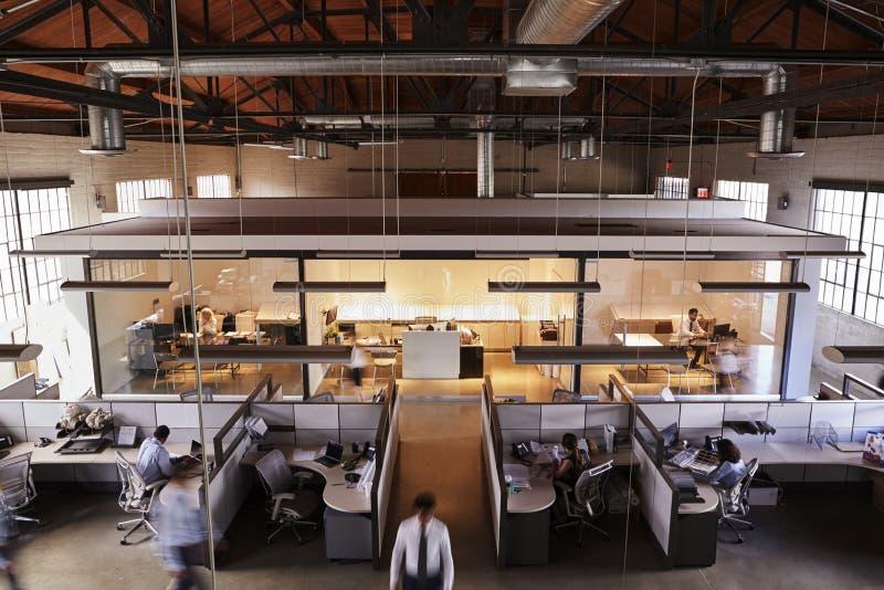 的职员运作在一个繁忙的开放学制办事处的高的观点 免版税图库摄影