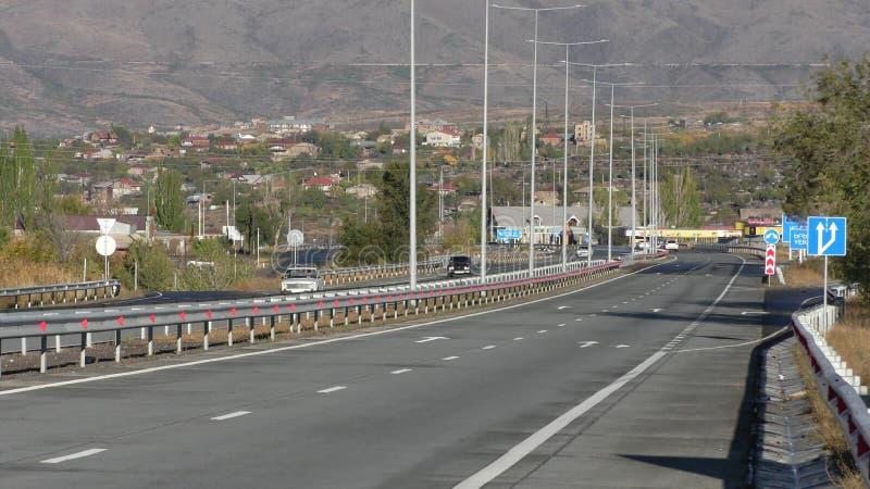 的臂章 与山的阿拉加措特恩省roadscape 免版税库存图片