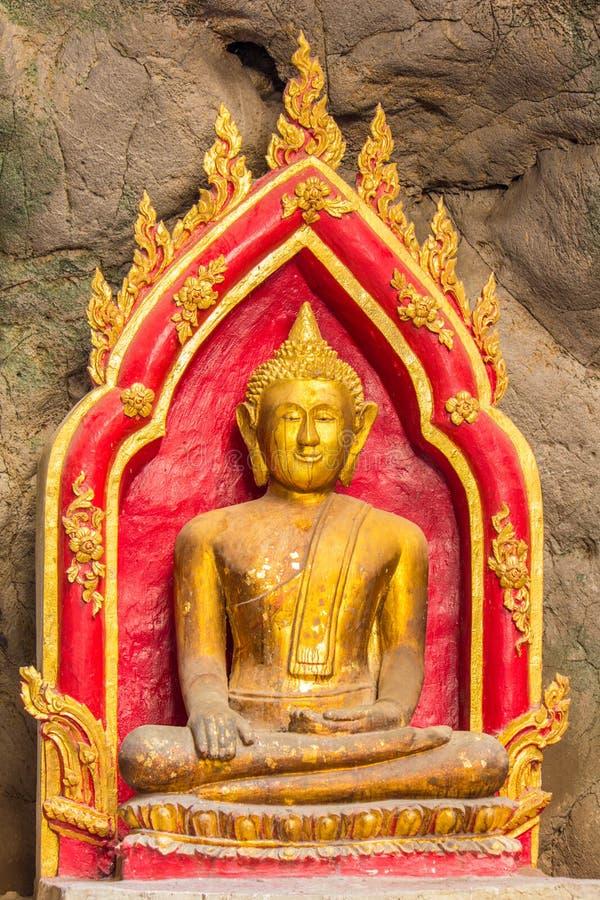 洞的菩萨,深对洞在泰国 库存图片