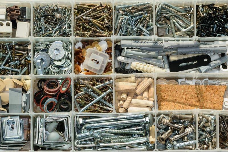 组织的螺丝、螺栓、坚果和洗衣机 图库摄影