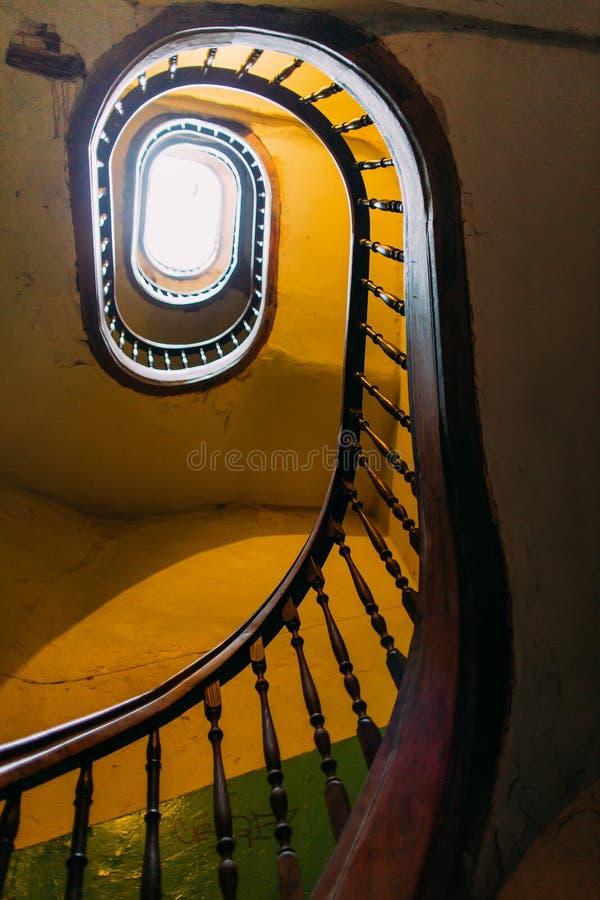 绞的螺旋形楼梯在一个老利沃夫州房子里 视图从下面 库存照片