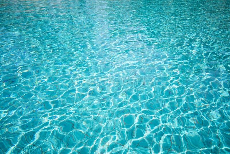 水的起波纹的样式在游泳池的 库存图片