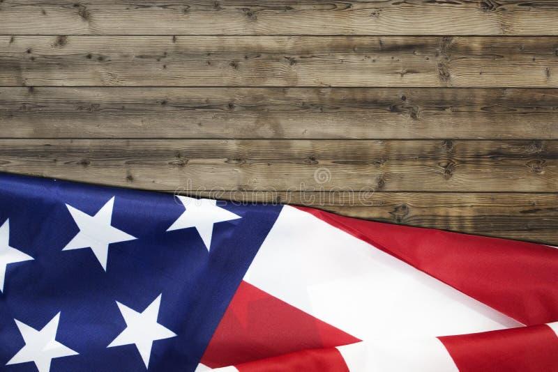 的起波纹的美国旗子在木背景的7月 免版税库存照片