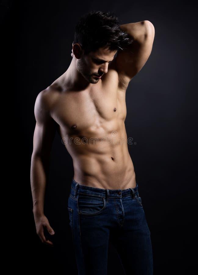他的适合身体英俊的年轻爱好健美者陈列  库存照片