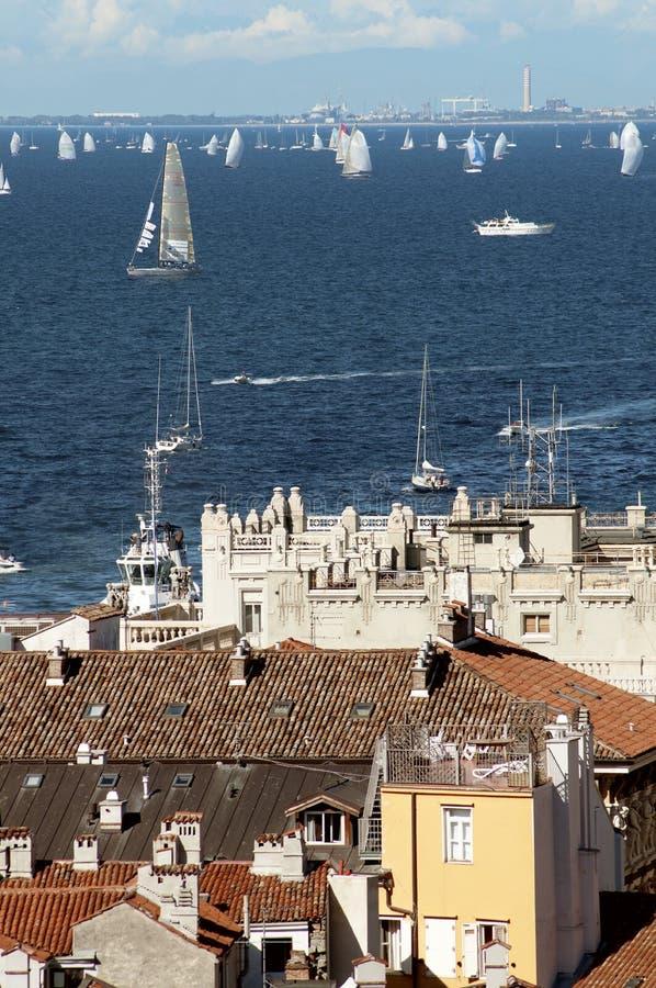 的里雅斯特市屋顶有Barcolana赛船会的 免版税库存照片