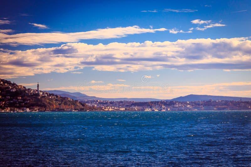 的里雅斯特海湾在一个大风天 库存照片