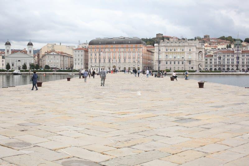 的里雅斯特, 2017年9月5日,意大利:海滨人行道传统建筑都市风景  免版税库存照片