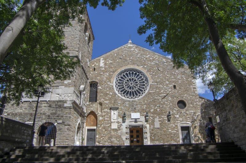 的里雅斯特/意大利- 2018年6月23日:的里雅斯特圣儒斯定主教座堂下帝堡城di圣朱斯托在旅游季节期间 免版税图库摄影