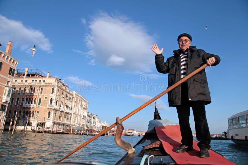 他的长平底船的平底船的船夫在大运河,威尼斯,意大利 免版税库存图片