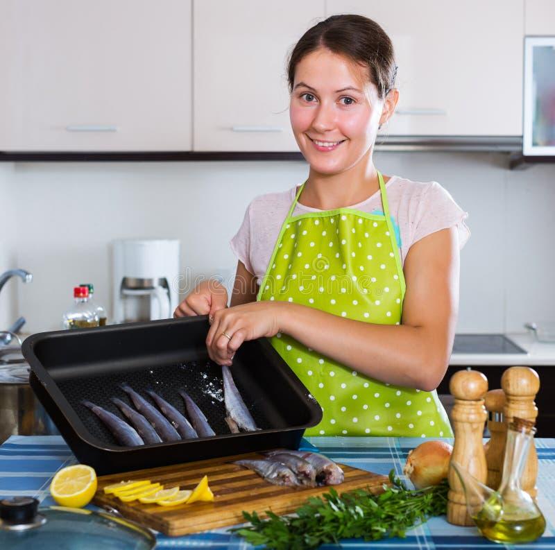 去的主妇烘烤沙丁鱼 免版税库存照片