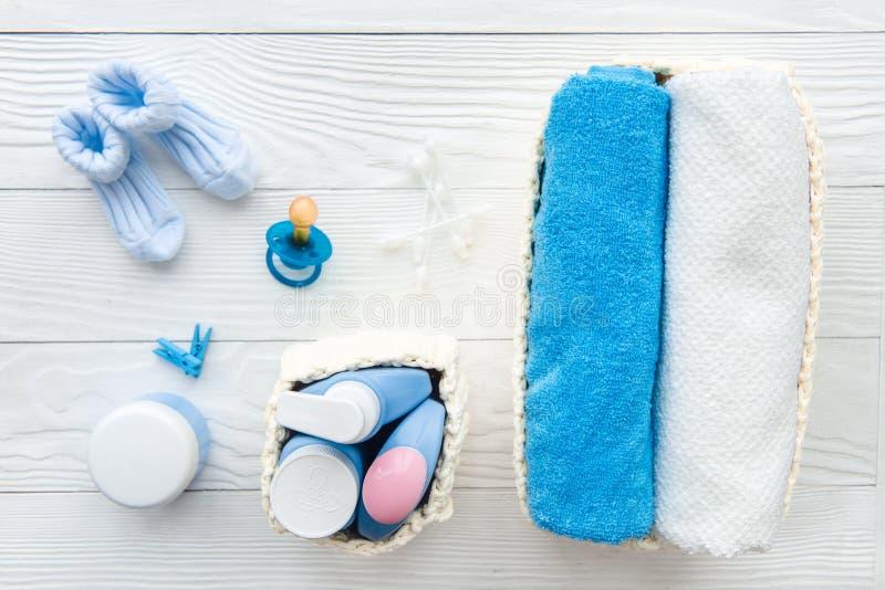 浴的婴孩有机化妆用品在木bakground 免版税库存图片