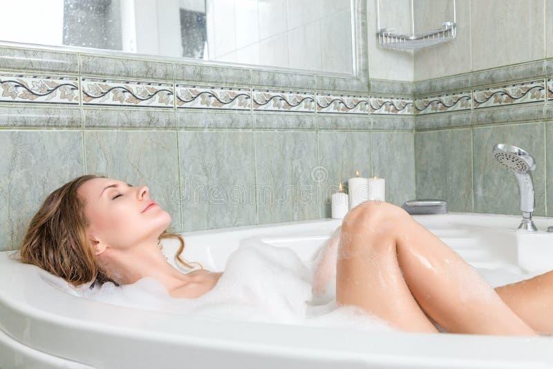 浴的年轻美丽的妇女 免版税库存照片