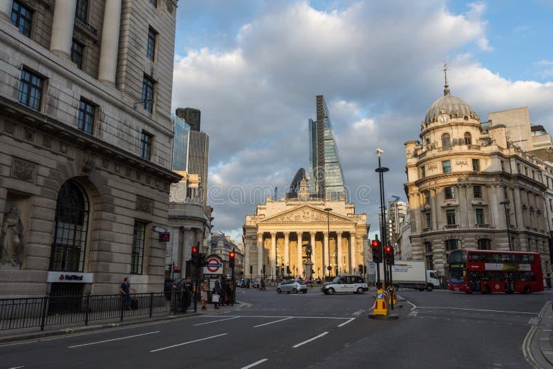 皇家交换有周围的街道的伦敦英国 免版税库存照片