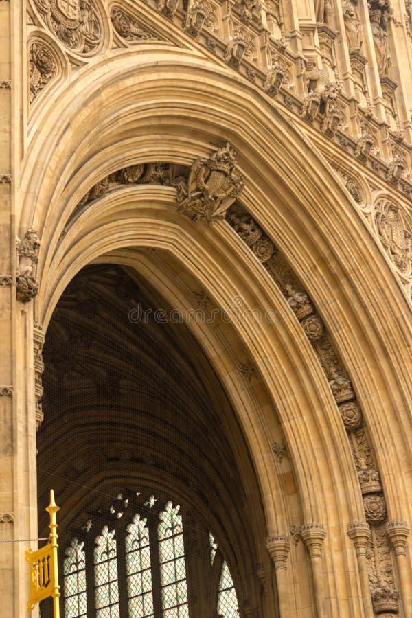 皇家入口的建筑细节在维多利亚塔下的在英国议会大厦在伦敦,英国 图库摄影