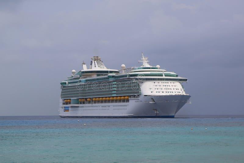 皇家加勒比公海自由在乔治市,大开曼港的游轮船锚  免版税库存图片