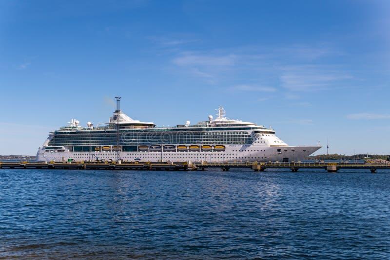 皇家加勒比国际舰队的海的游轮小夜曲在Vanasadam塔林港口靠码头的在爱沙尼亚 免版税库存照片