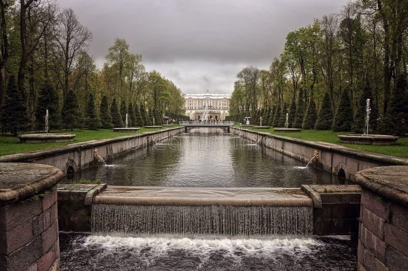 皇家喷泉在Peterhof宫殿,圣彼德堡 图库摄影