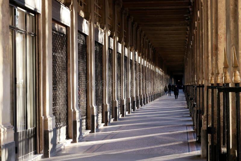 皇家宫殿从事园艺拱廊在日落在巴黎 库存图片